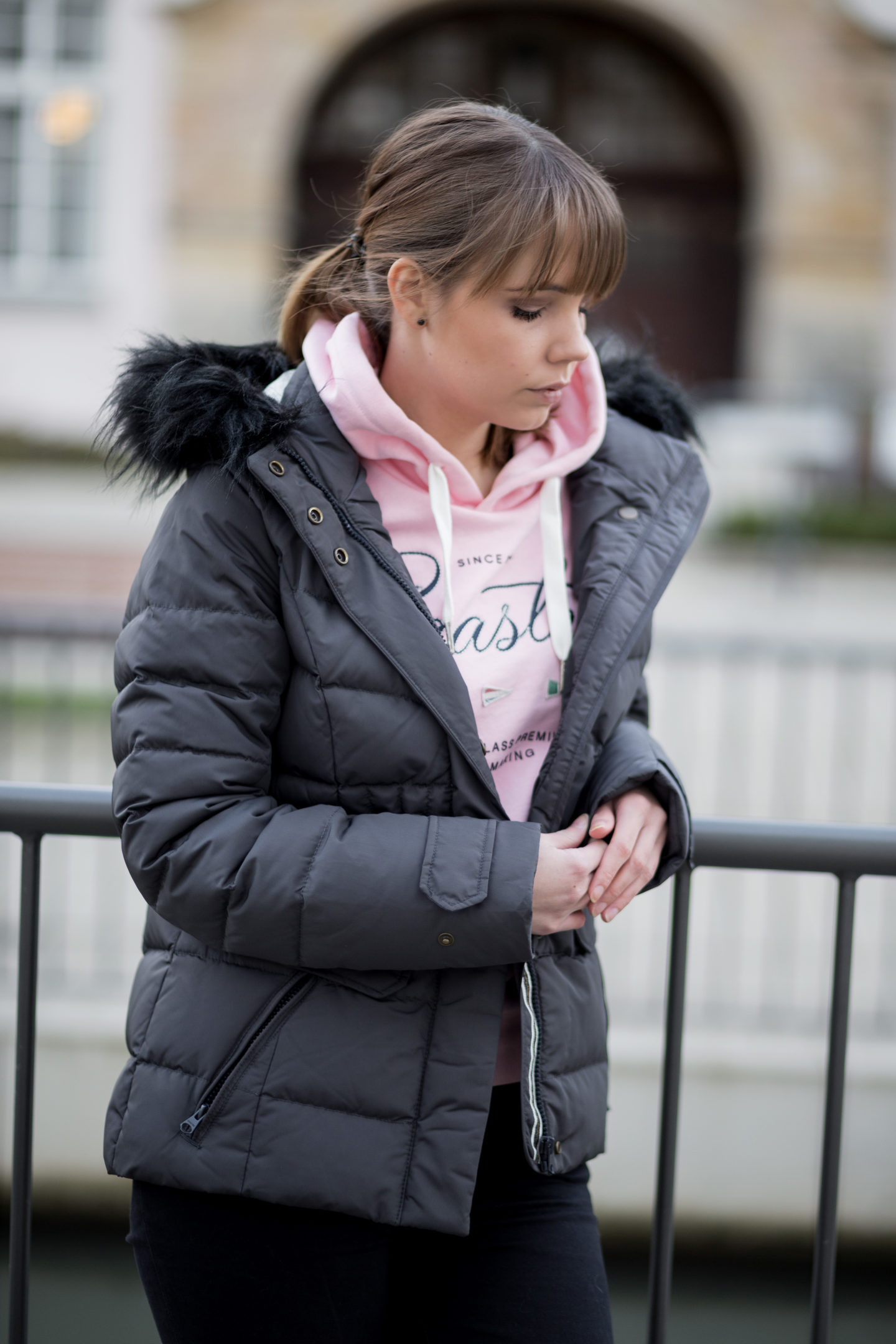 praktische-mode-für-den-alltag-mit-stil-outfit-gaastra-daunenjacke-hoodie-rosa-sneaker-alltagsoutfit-casual-bezauberndenana (9)