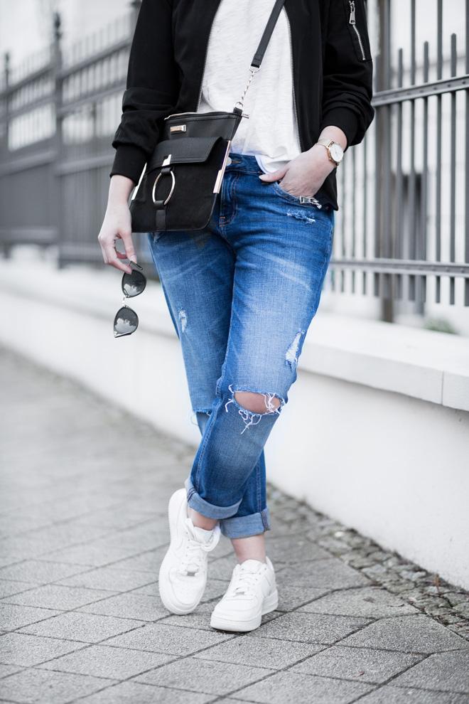 weißes-shirt-kombinieren-sportliches-outfit-girlfriend-jeans-schwarze-bomberjacke-nike-air-force-1-sneaker-casual-bezauberndenana (5)