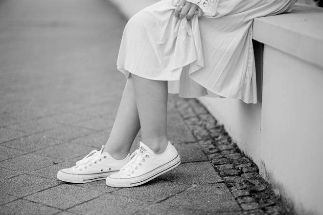 outfit-mit-spitzen-bluse-vila-rosa-midi-rock-anna-und-ella-weiße-coverse-sneaker-about-you-frühlingsoutfit-chloe-faye-bag-lookalike-bezauberndenana-(8)