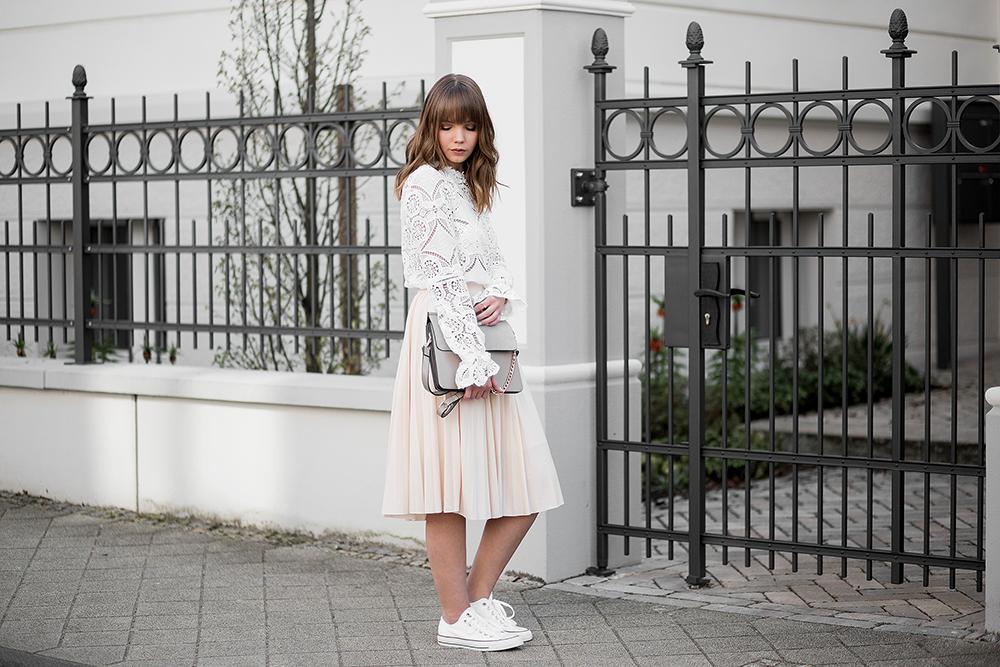 Frühlingsstimmung! Outfit mit Spitzen Bluse und rosa Midi Rock
