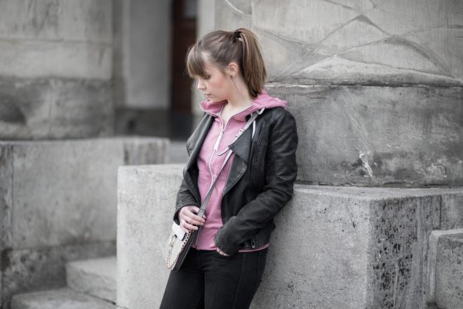 rosa-hoodie-im-alltag-stylen-lederjacke-netz-socken-fishnet-chloe-faye-bag-lookalike-adidas-gazelle-lässig-streetstyle-bezauberndenana (2)