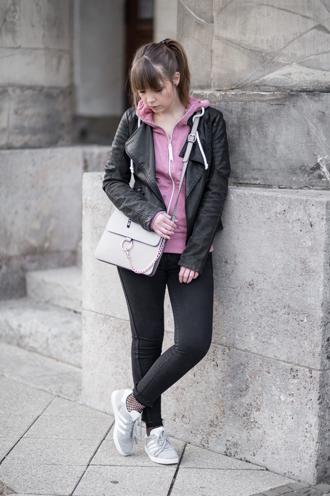 rosa-hoodie-im-alltag-stylen-lederjacke-netz-socken-fishnet-chloe-faye-bag-lookalike-adidas-gazelle-lässig-streetstyle-bezauberndenana