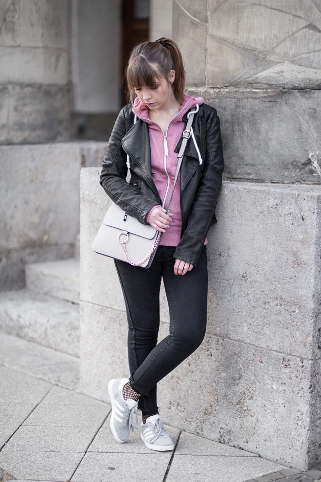 rosa Hoodie im Alltag stylen mit Lederjacke, Chloe Faye Bag Lookalike, Netz Socken, Fishnet, Adidas Gazelle Sneaker, casual Outfit, Streetstyle, bezauberndenana.de