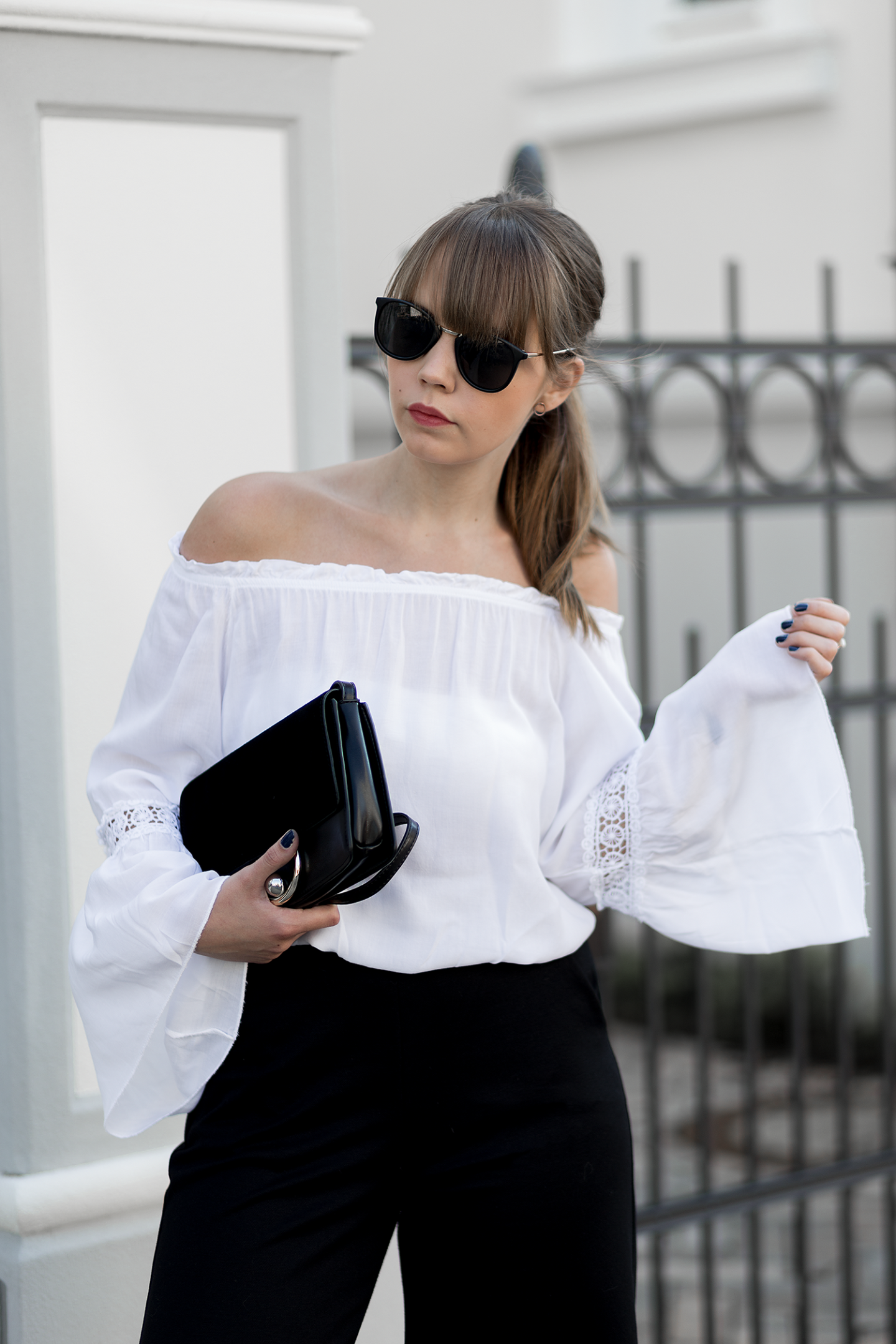 outfit-mit-culotte-weiße-off-shoulder-bluse-schwarze-mules-h&m-sommer-frühling-streetstyle-bezauberndenana-10