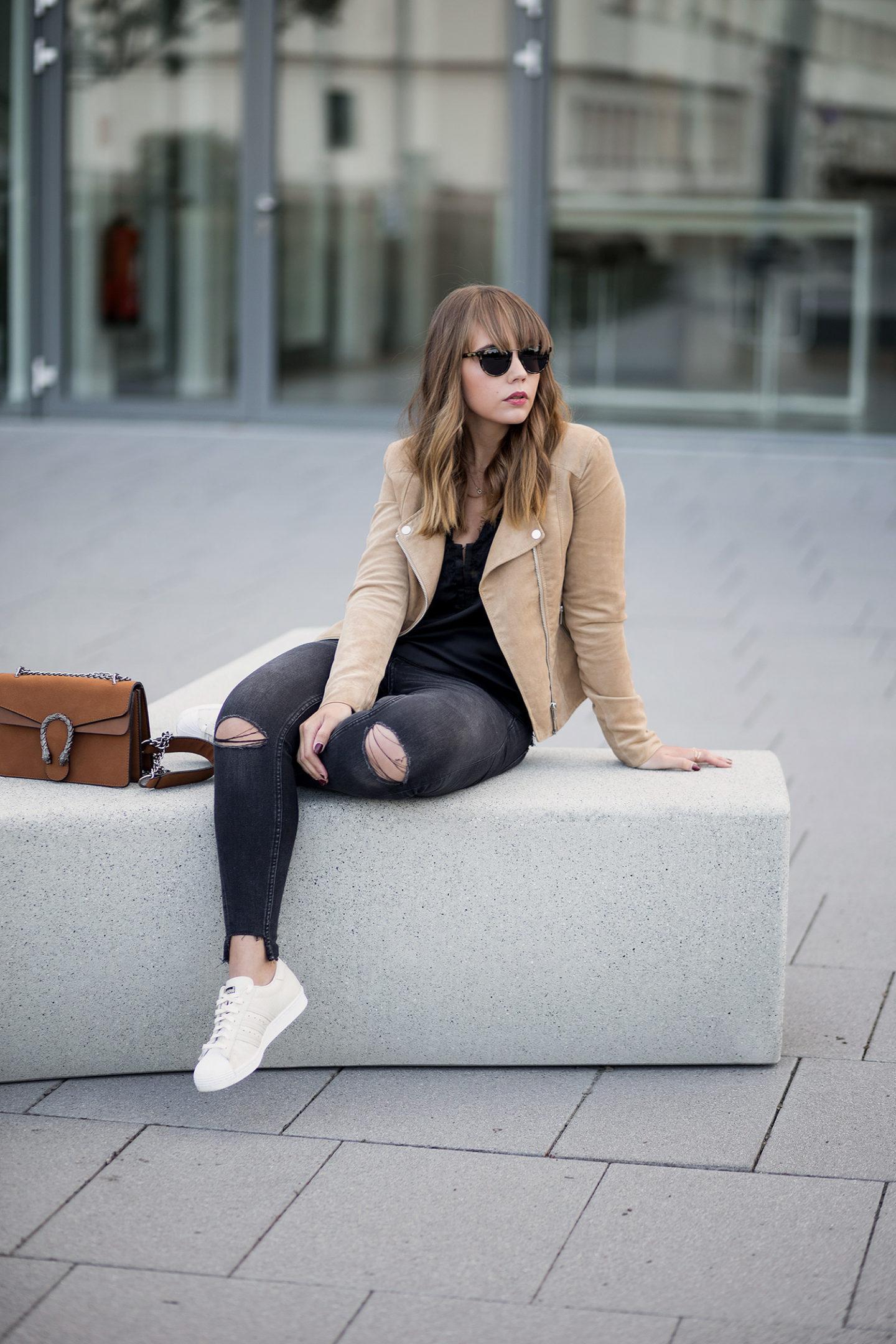 schwarz-und-braun-kombinieren-outfit-lingerie-top-wildlederjacke-adidas-superstars-gucci-dionysus-lookalike-streetstyle-bezauberndenana-1