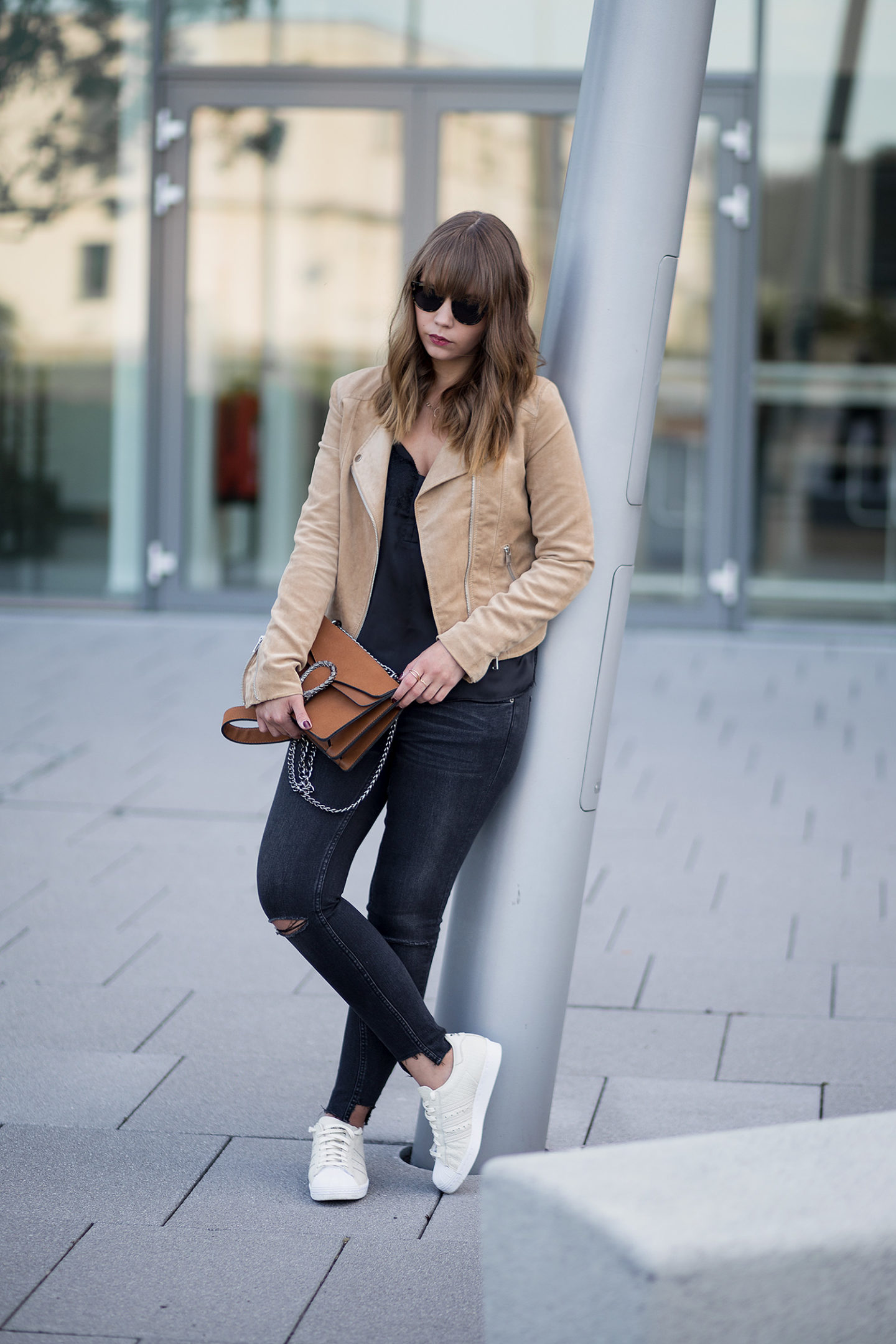 schwarz-und-braun-kombinieren-outfit-lingerie-top-wildlederjacke-adidas-superstars-gucci-dionysus-lookalike-streetstyle-bezauberndenana-2