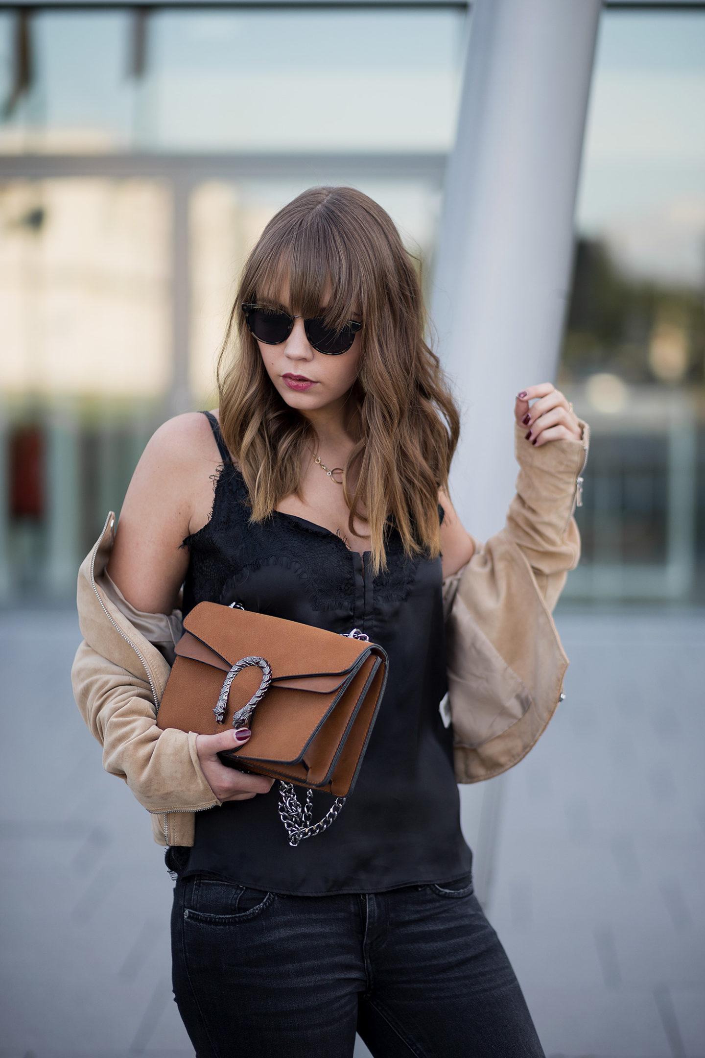 schwarz-und-braun-kombinieren-outfit-lingerie-top-wildlederjacke-adidas-superstars-gucci-dionysus-lookalike-streetstyle-bezauberndenana-3