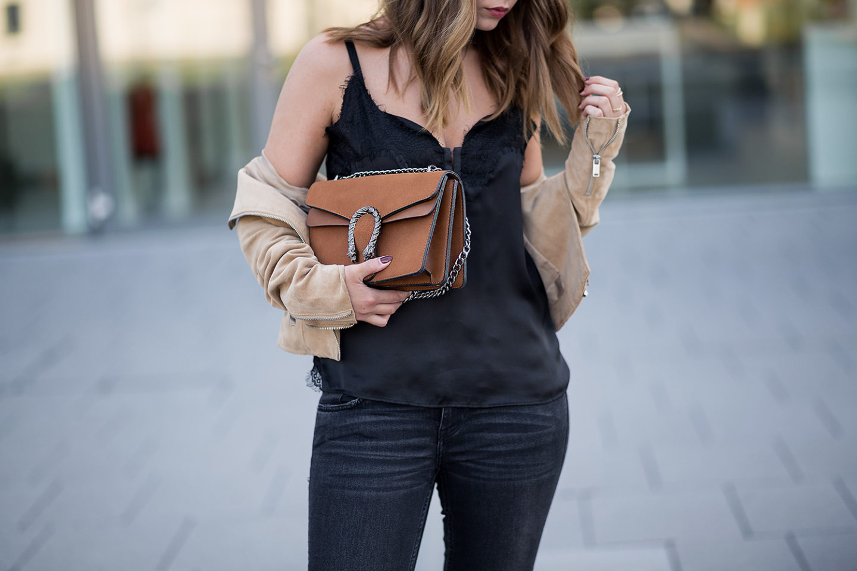 schwarz-und-braun-kombinieren-outfit-lingerie-top-wildlederjacke-adidas-superstars-gucci-dionysus-lookalike-streetstyle-bezauberndenana-4