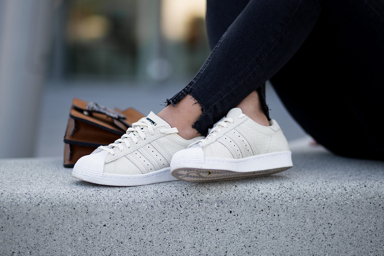 schwarz-und-braun-kombinieren-outfit-lingerie-top-wildlederjacke-adidas-superstars-gucci-dionysus-lookalike-streetstyle-bezauberndenana-6