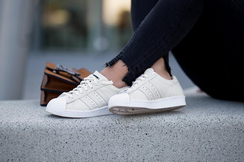 Schwarz und Braun kombinieren, Outfit mit Lingerie Top und brauner Wildlederjacke, Adidas Superstars, Gucci Dionysus Lookalike, Streetstyle, bezauberndenana.de