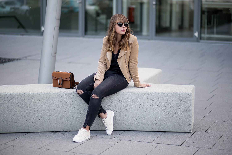 Schwarz und Braun kombinieren – Outfit mit Lingerie Top und Wildlederjacke