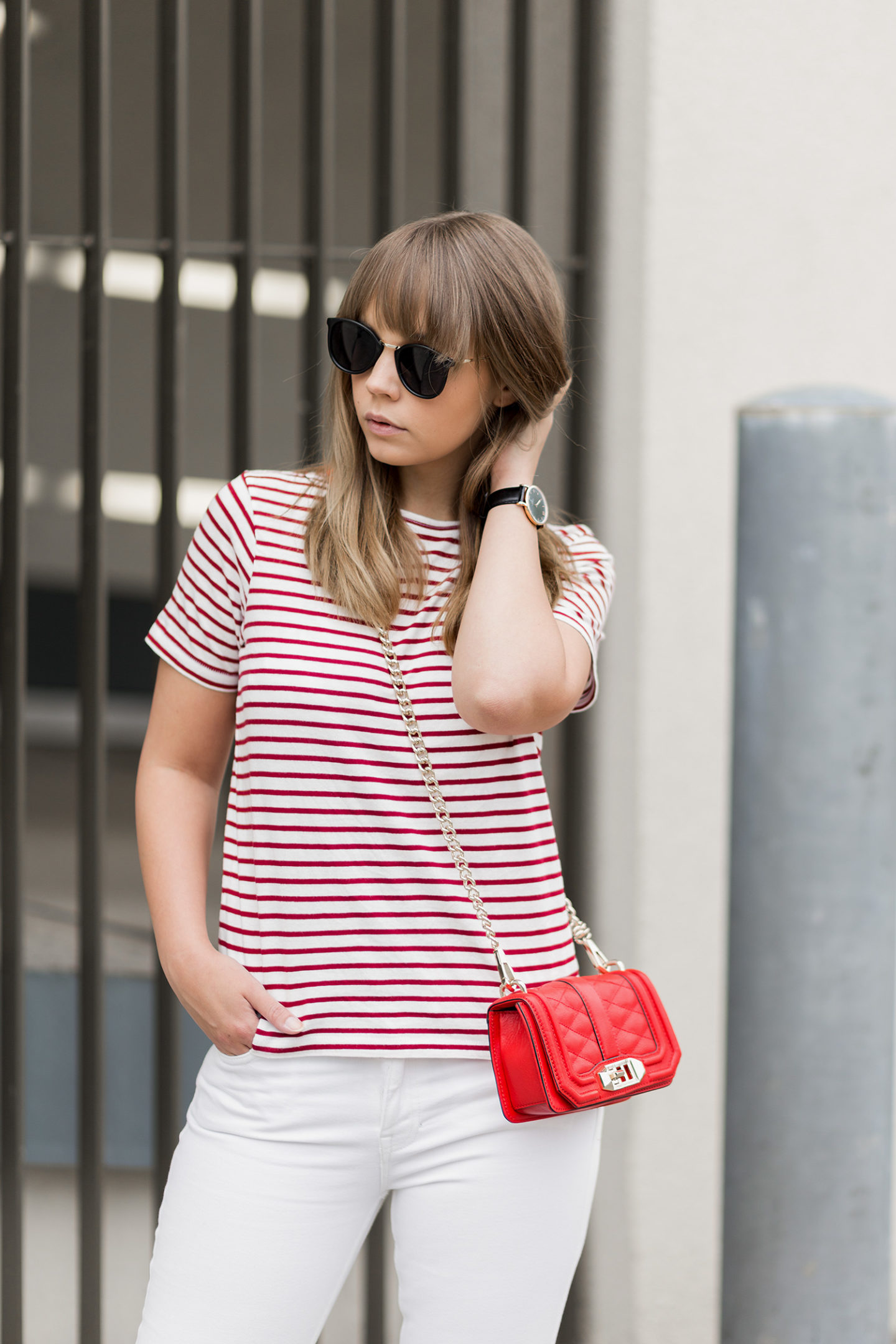 sommerliches-outfit-in-rot-und-weiß-gestreiftes-shirt-weiße-jeans-rote-rebecca-minkoff-tasche-streetstyle-bezauberndenana-1