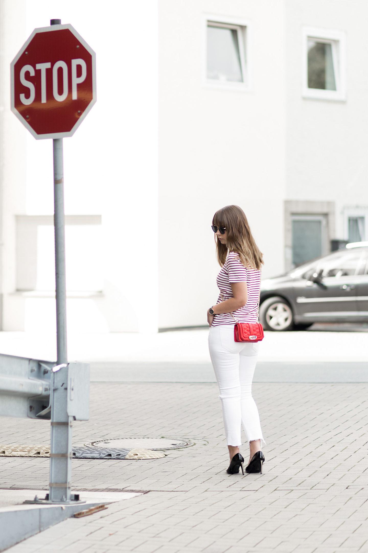 sommerliches-outfit-in-rot-und-weiß-gestreiftes-shirt-weiße-jeans-rote-rebecca-minkoff-tasche-streetstyle-bezauberndenana-2