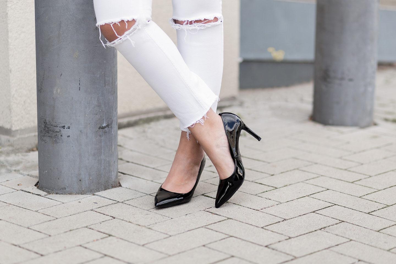 sommerliches-outfit-in-rot-und-weiß-gestreiftes-shirt-weiße-jeans-rote-rebecca-minkoff-tasche-streetstyle-bezauberndenana-3