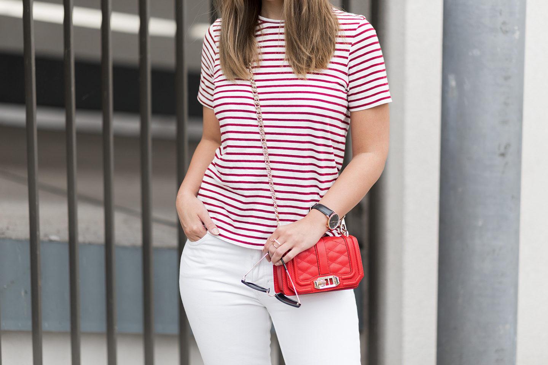 sommerliches-outfit-in-rot-und-weiß-gestreiftes-shirt-weiße-jeans-rote-rebecca-minkoff-tasche-streetstyle-bezauberndenana-7