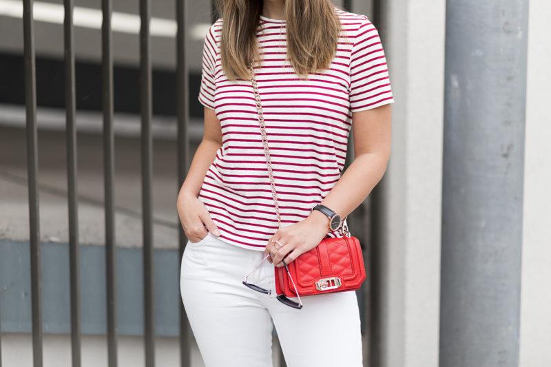sommerliches Outfit in Rot und Weiß, rot-weiß gestreiftes T-Shirt Zara, weiße Jeans, rote Rebecca Tinkoff Tasche, Streetstyle, Sommeroutfit, bezauberndenana.de