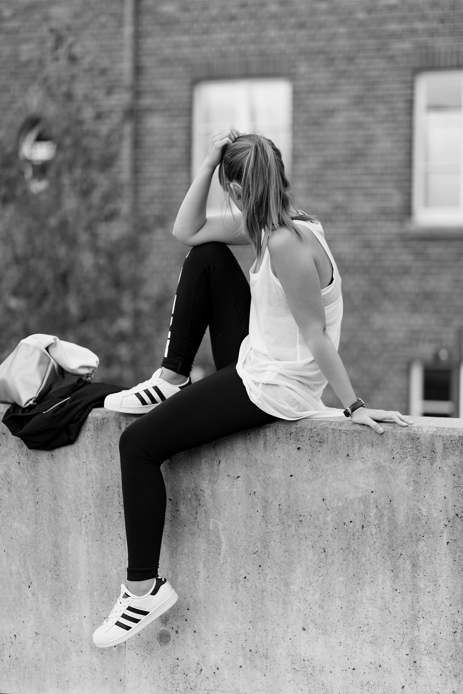 Athleisure Outfit, sportlich, lässig, Leggings kombinieren, Calvin Klein Bustier, Adidas Superstars, bezauberndenana.de