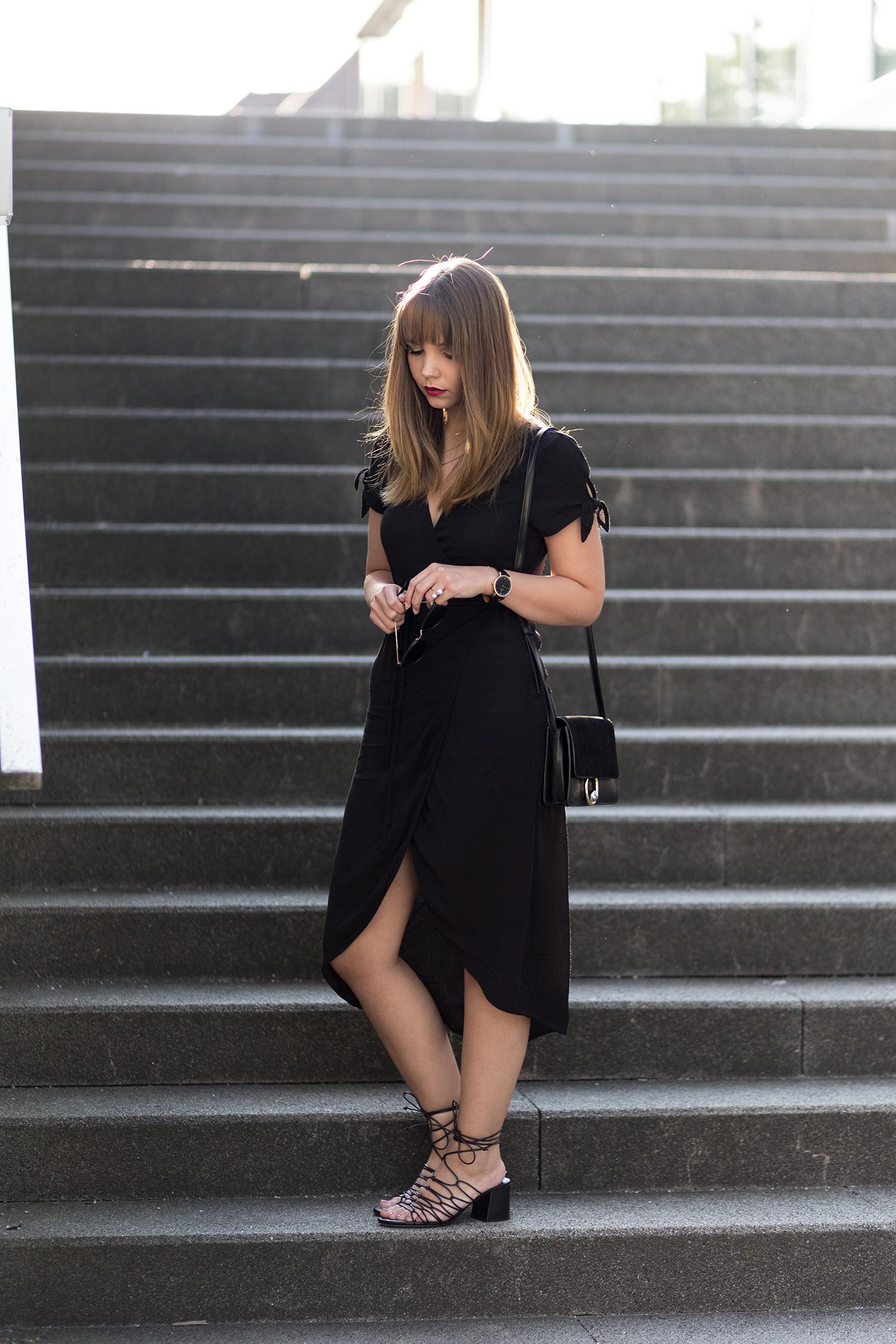 All Black Sommeroutfit in schwarz, schwarzes Wickelkleid, bezauberndenana.de