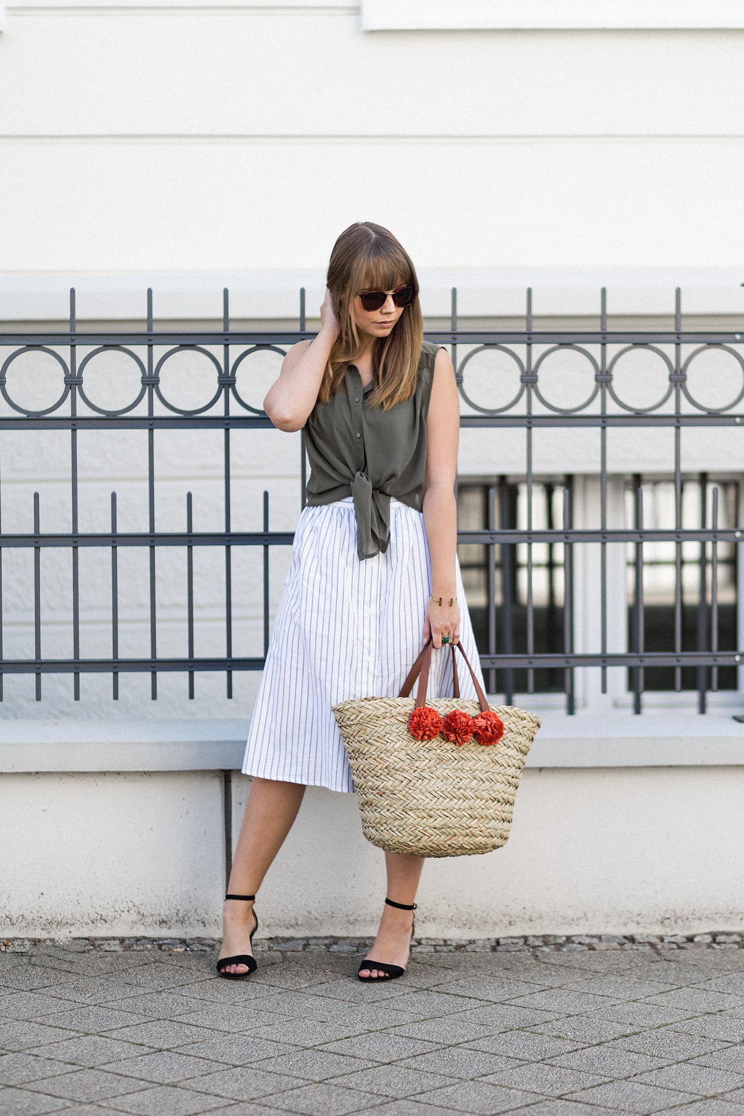 Midirock kombinieren, Outfit mit Streifen Rock von Mango, ärmellose Bluse, Strohtasche mit Pompoms von JustFab, Streetstyle, Sommeroutfit, bezauberndenana.de