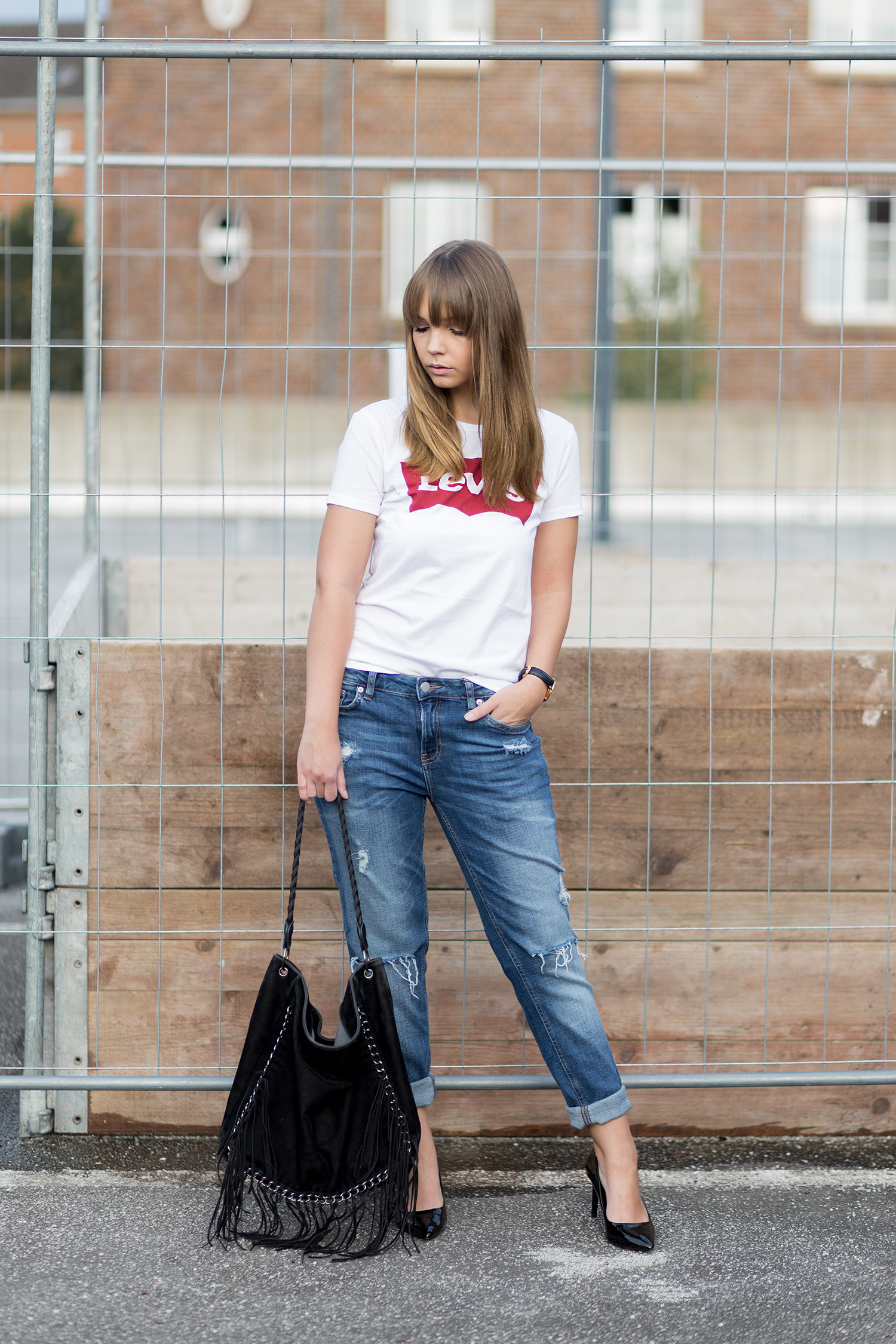 Schwarze Pumps kombinieren, Outfit mit Levi's Shirt und Girlfriend Jeans, bezauberndenana.de