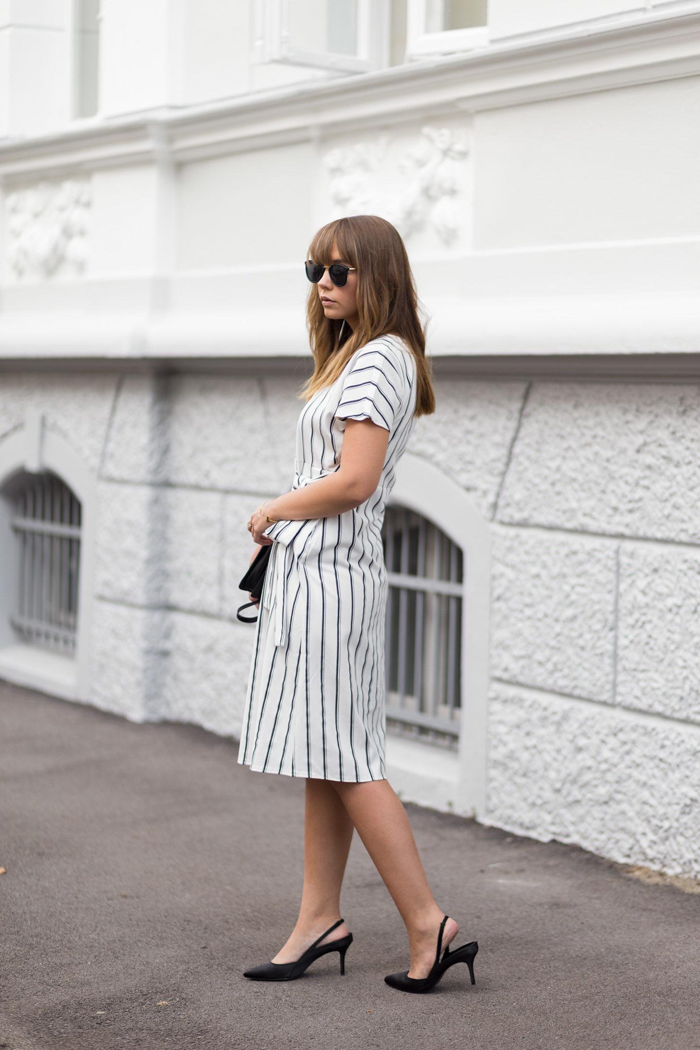 Wickelkleid mit Streifen – klassisch & schick