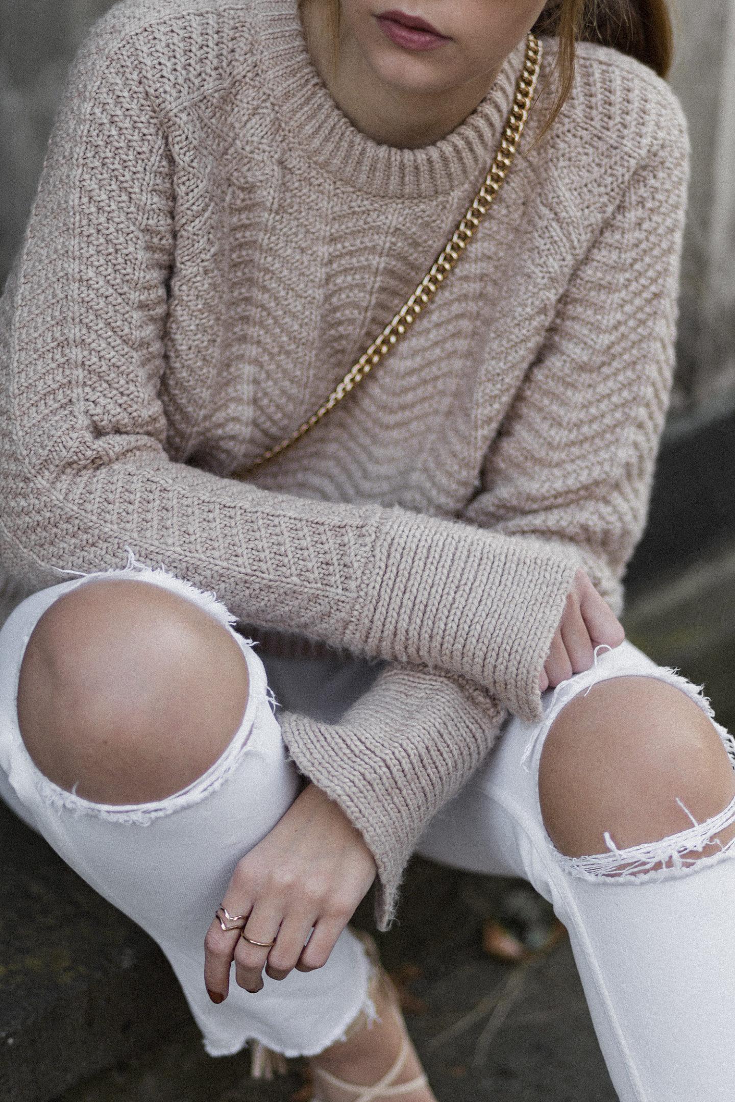 Herbstoutfit mit weißer Hose und Strickpullover