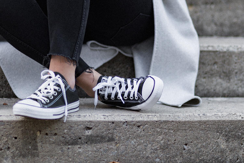 Perfekten Mantel für den Herbst finden, Herbst Outfit, Streifen Bluse, schwarze Jeans, Converse Sneaker, Wollmantel, bezauberndenana.de