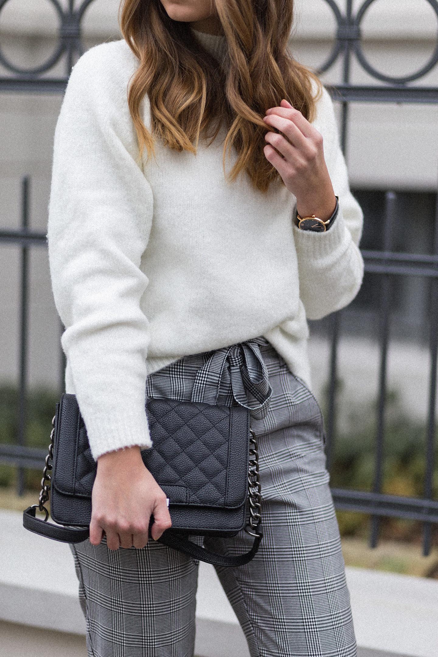 Karierte Hose kombinieren, schwarze Sock Boots, weißer Strickpullover von Asos, Karo Hose Outfit, Glencheck Trend, bezauberndenana.de