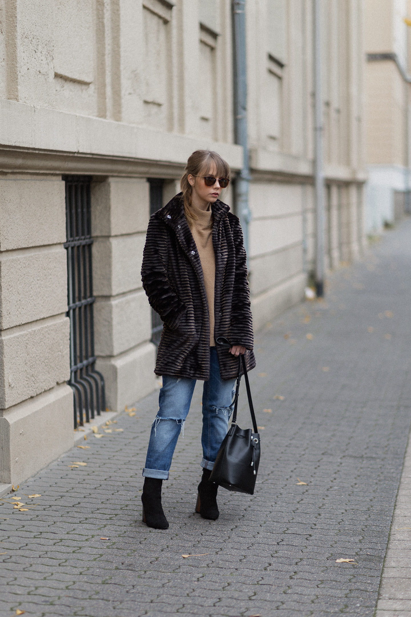 Outfit mit Kunstpelz Mantel und Stiefeletten als Eyecatcher