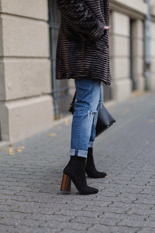 Outfit mit Kunstpelz Mantel, Stiefeletten mit Holzabsatz von Fred De La Bretoniere, einfaches Herbstoutfit, bezauberndenana.de