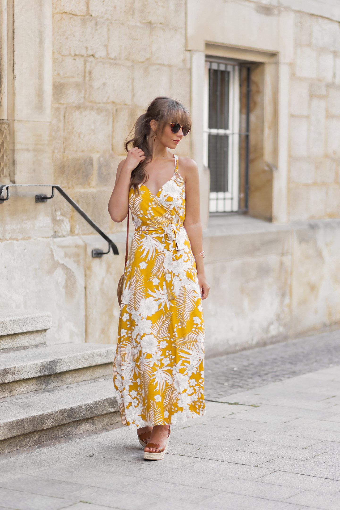 Styling-Tipps für Maxikleider im Sommer, Maxikleider Trends 2020, Welches Maxikleid passt zu meiner Figur?, gelbes Kleid, Kleid mit Blumenmuster, bezauberndenana.de