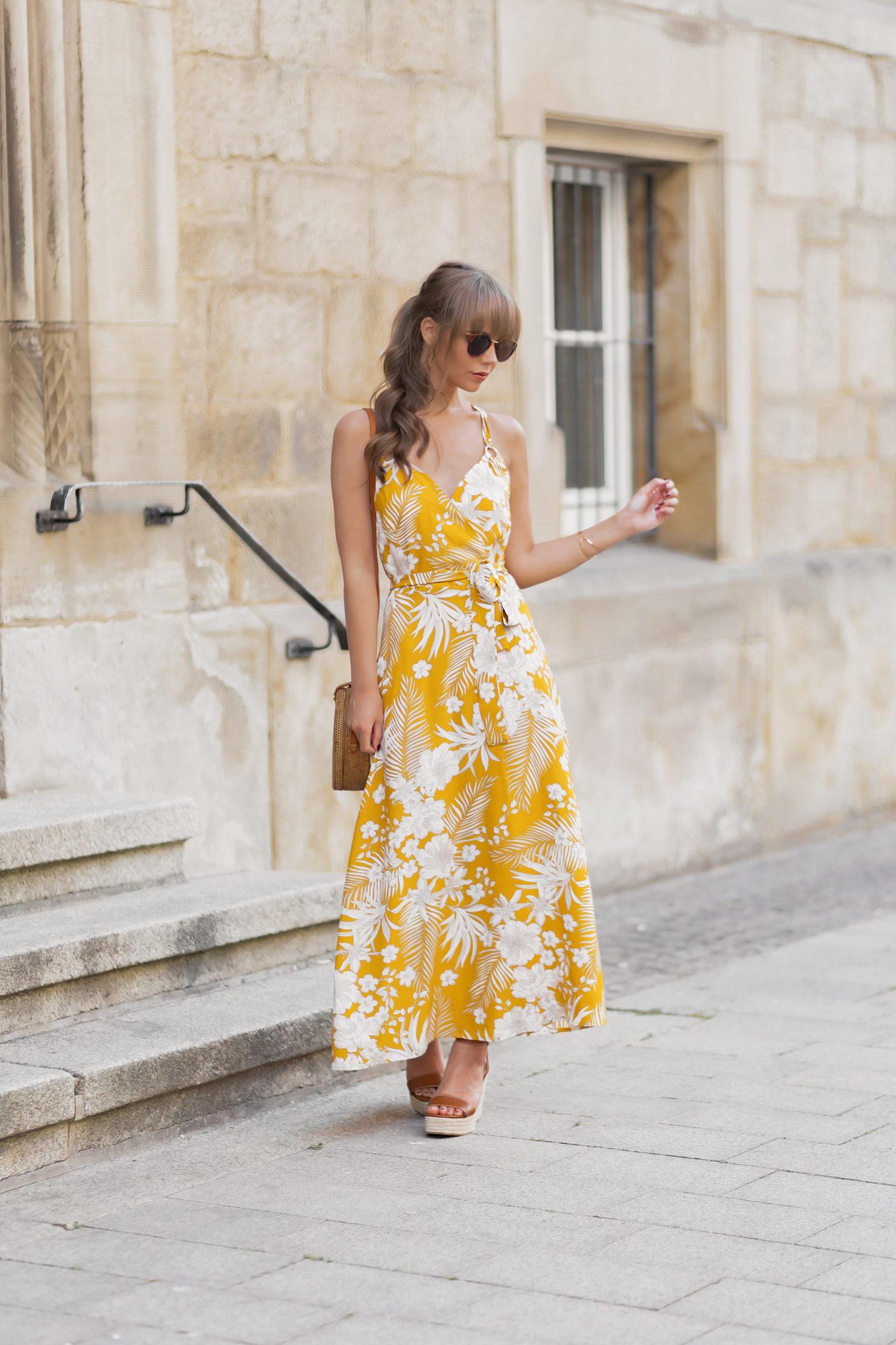 Styling Tipps für Maxikleider im Sommer, Maxikleider Trends 2020, Welches Maxikleid passt zu meiner Figur?, gelbes Kleid, Kleid mit Blumenmuster, bezauberndenana.de